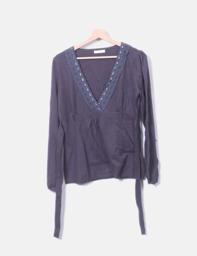 Suéter gris escote pico