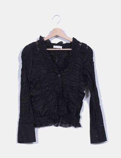 Camisa negra efecto fruncido con detalle encaje Adivina Divina