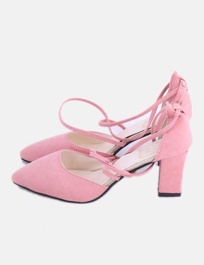 Zapato de tacón rosa con hebilla