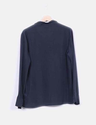 Blusa negra de manga larga detalle troquelado