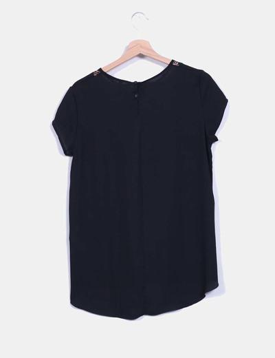 Blusa negra de gasa con encaje