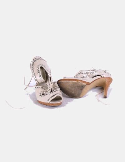 Sandalia beige detalle plata