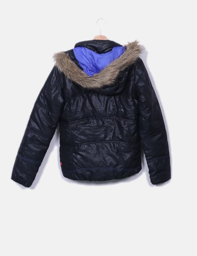 Chaqueta acolchada negra con pelo en la capucha
