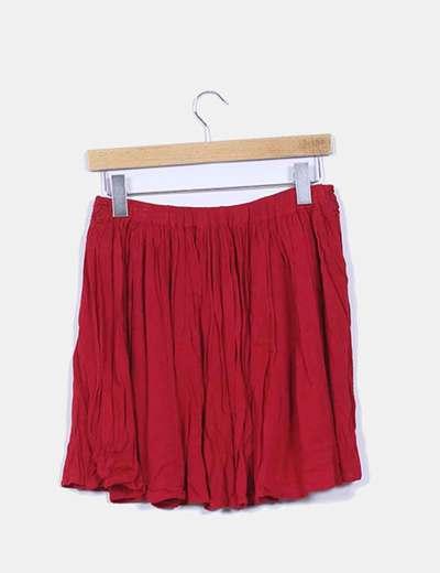 Falda roja fluida bordada