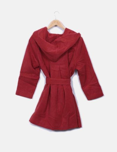 Abrigo rojo con cinto y gorro