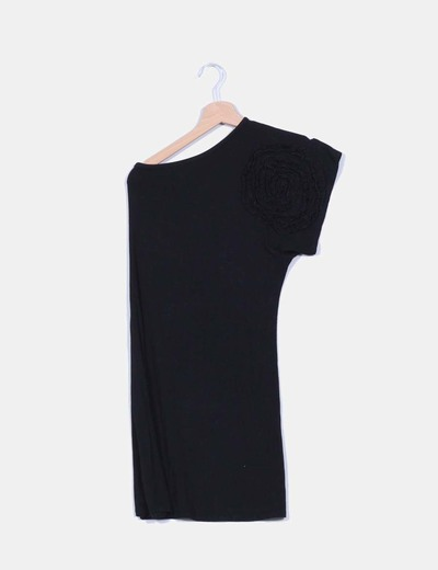 Vestido negro escote asimétrico detalle flor NoName