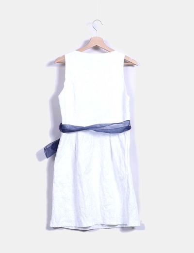 Vestido blanco texturizado con lazo azul marino