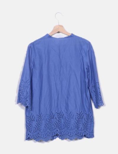 Blusa azul detalle troquelado