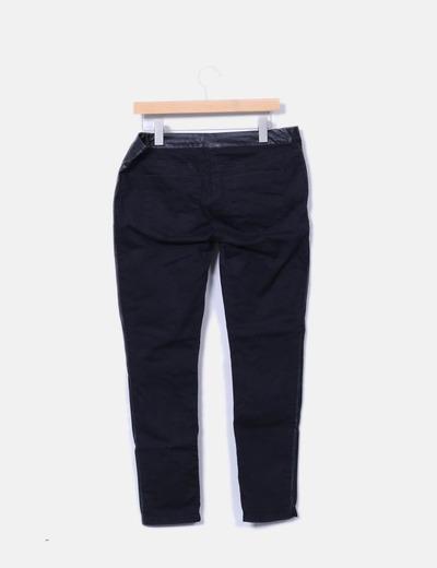 Jeans denim negros combinados con polipiel