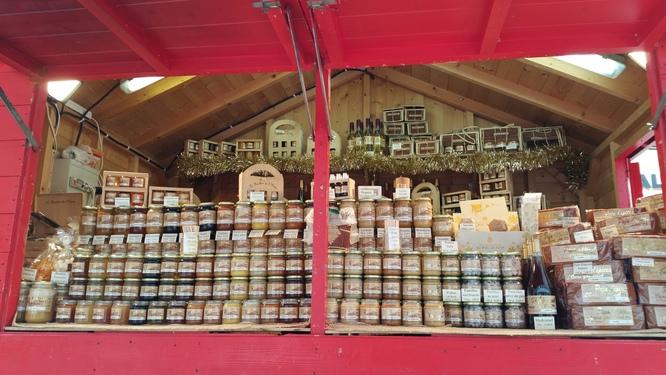Notre chalet de miel au marché de Noël d'Amiens.