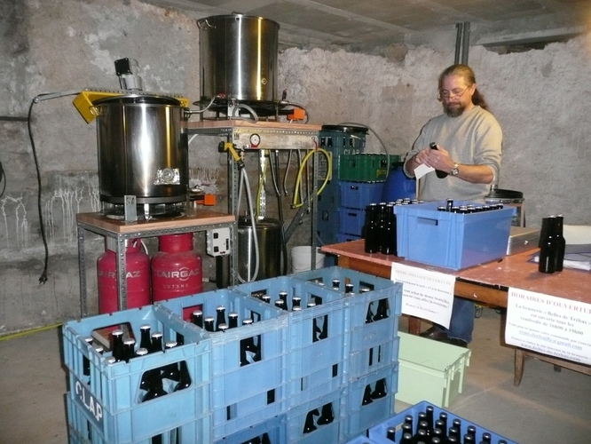2013 - Séance d'étiquetage devant le matériel d'origine