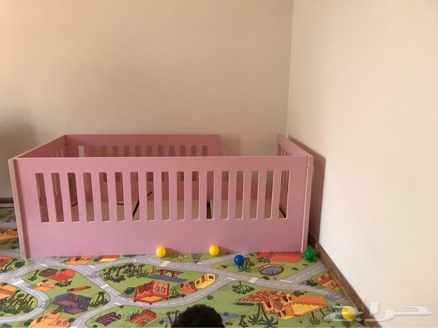 سرير اطفال للبيع لون وردي