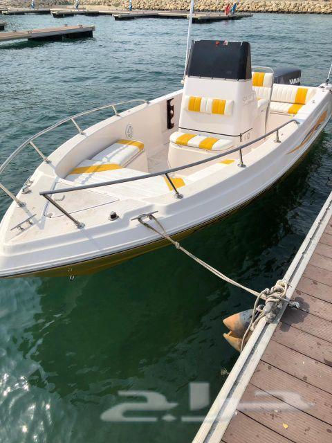 قارب للتأجير في شاطئ نصف القمر