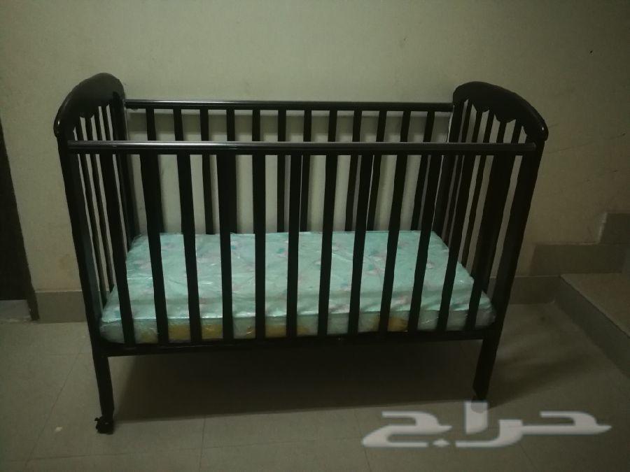 سرير اطفال مع مفرش وكرسي سيارة ومنوعات