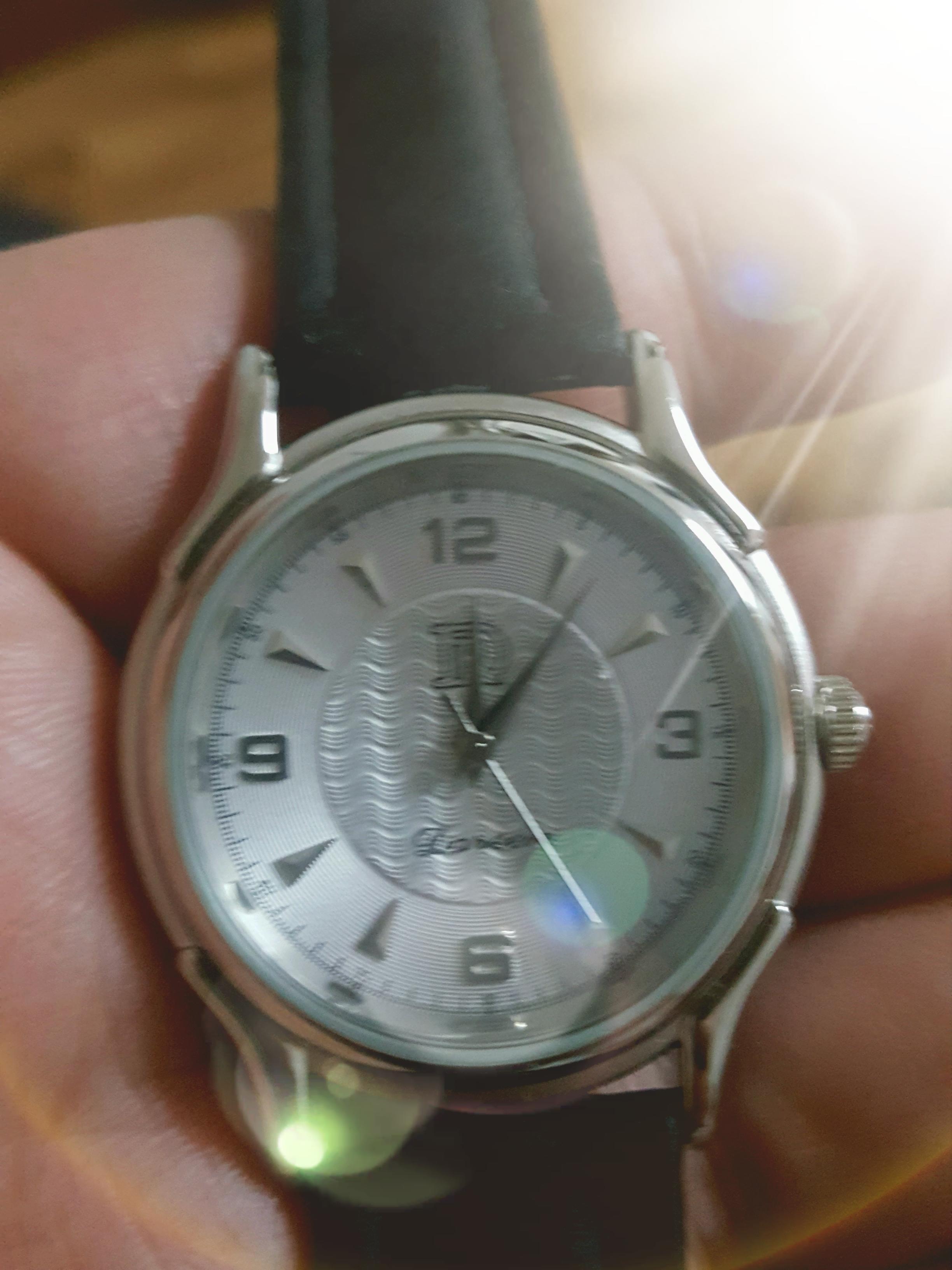 ساعة فاخرة
