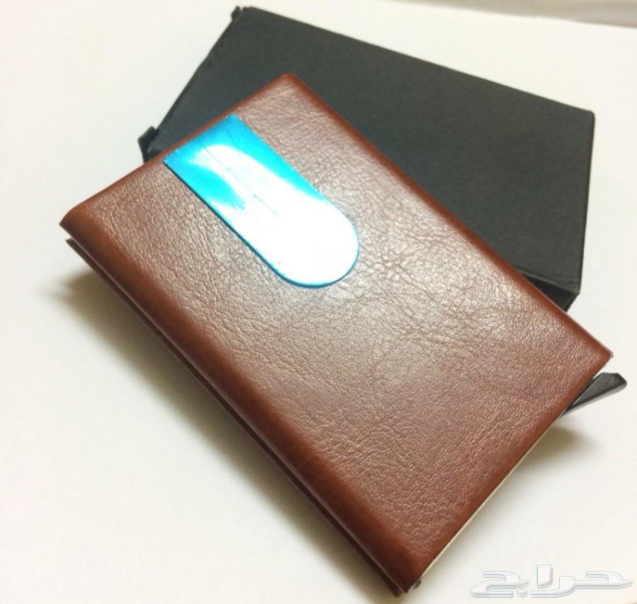 محفظة بطاقات عليها طبقة من الجلد