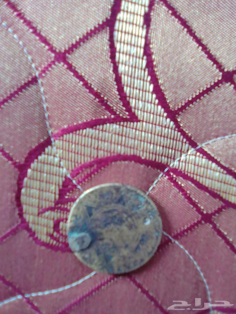 ثلاث قطع نقدية قديمة جدا