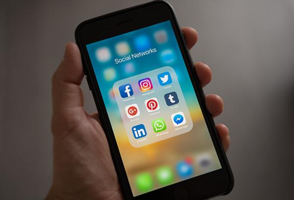 Cellulare-con-icone-social-media