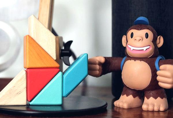 Pupazzetto scimmia di MailChimp su scrivania