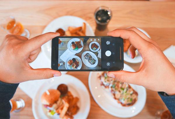 foto al cibo dall'alto con smartphone