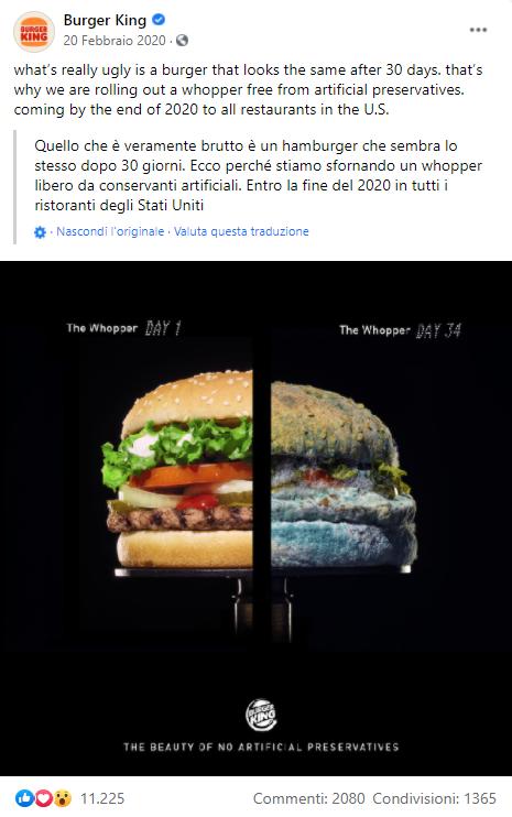 Foto metà burger ammuffito senza prodotti artificiali e metà normale trattato con prodotti artificiali