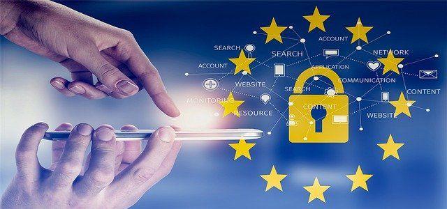 Mano clicca su cellulare con simbolo GDPR EU