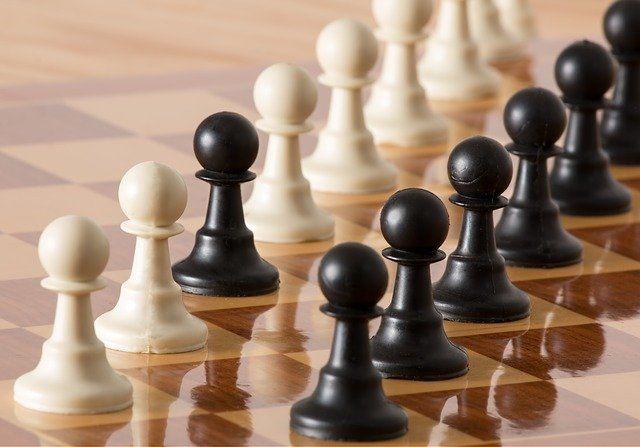 scacchi pedine in fila