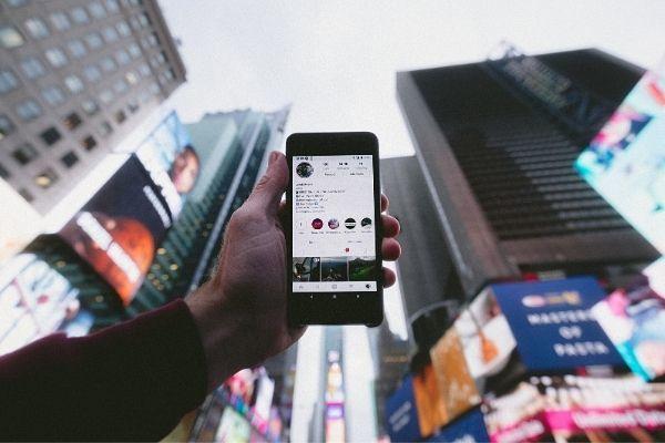 Telefono con feed di un profilo Instagram