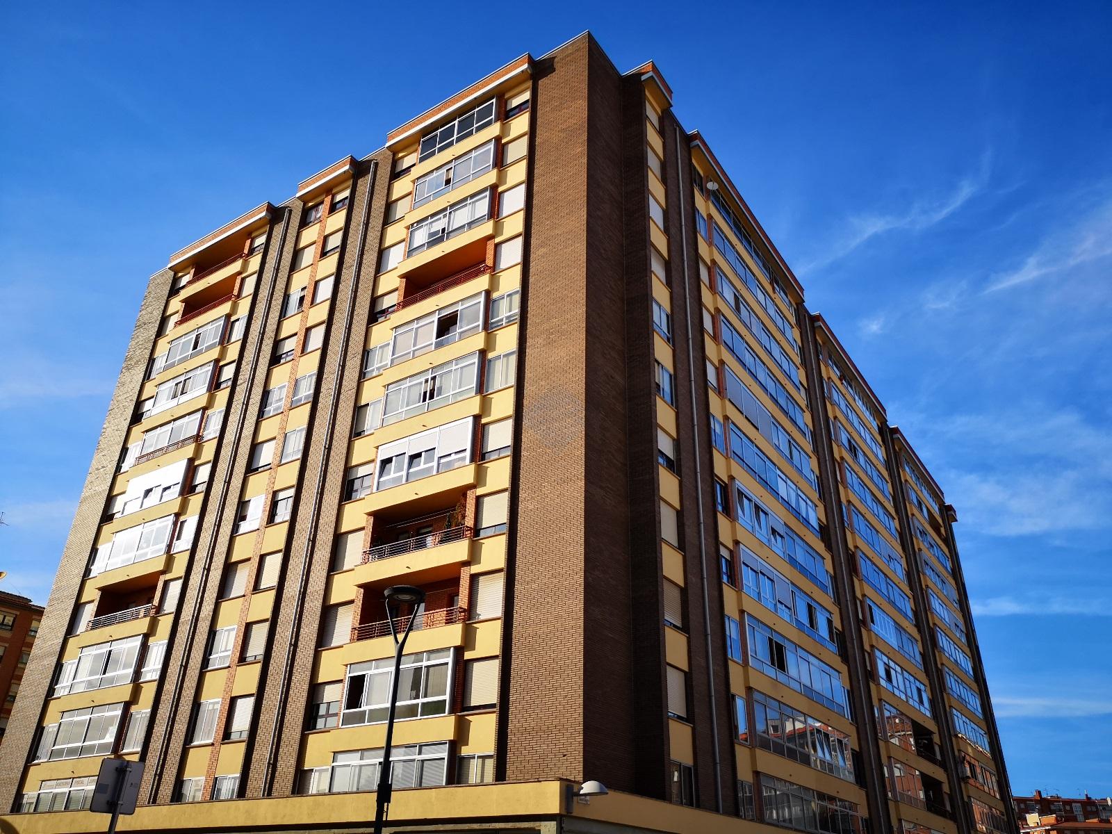 Magnifica-vivienda-en-pleno-corazón-del-barrio-de-Gamonal-y-en-uno-de-los-edificios-más-emblemáticos