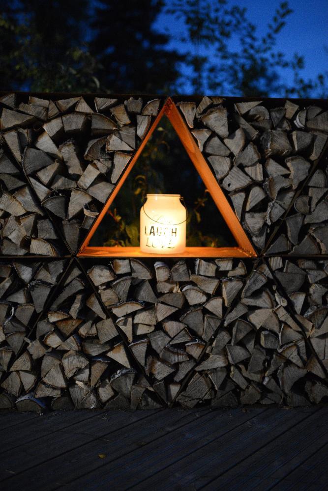 Triholdy tumma ilta, klapiseinää ja lyhty.