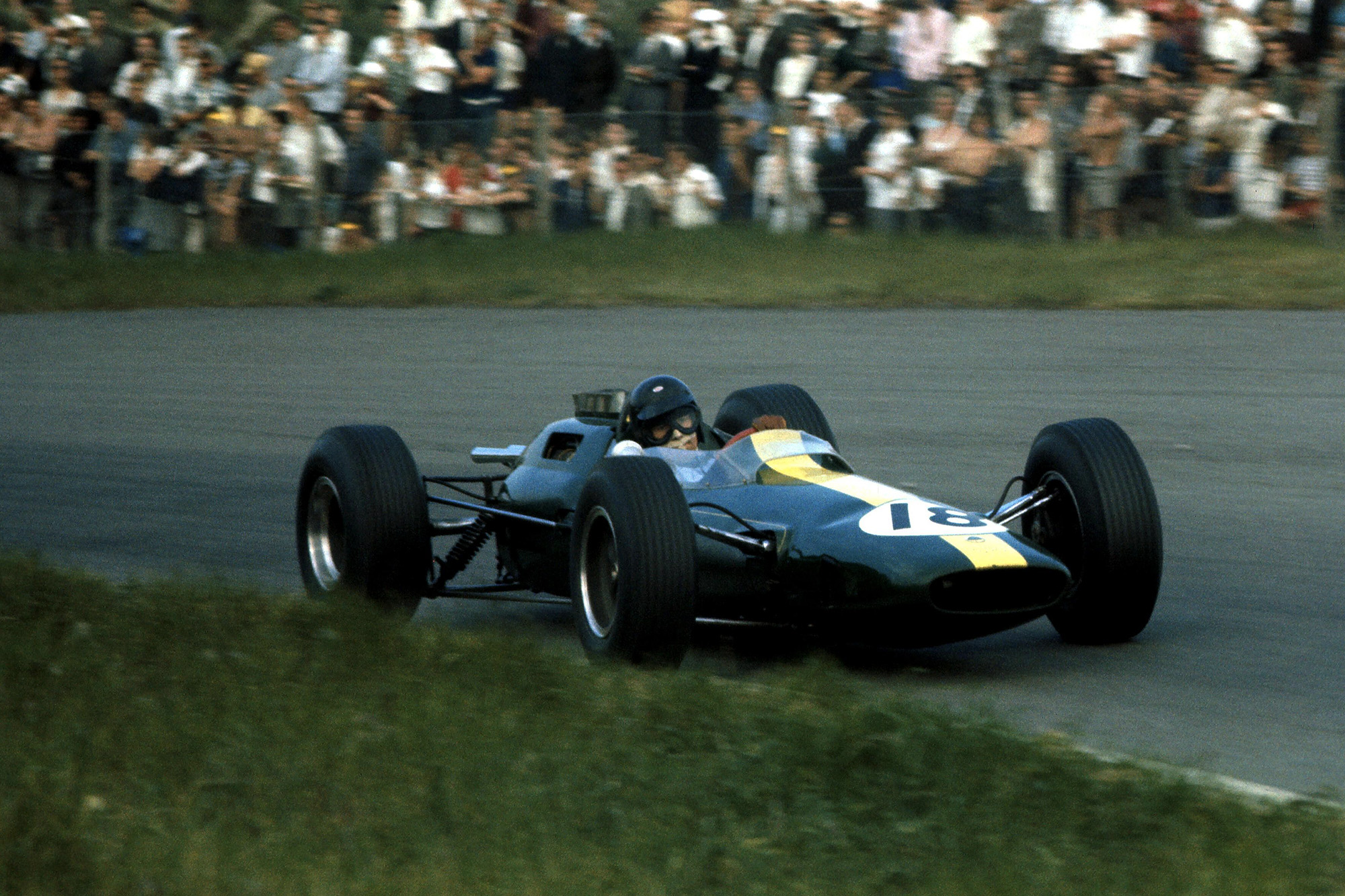 Race winner Jim Clark (GBR) Lotus Climax 25.