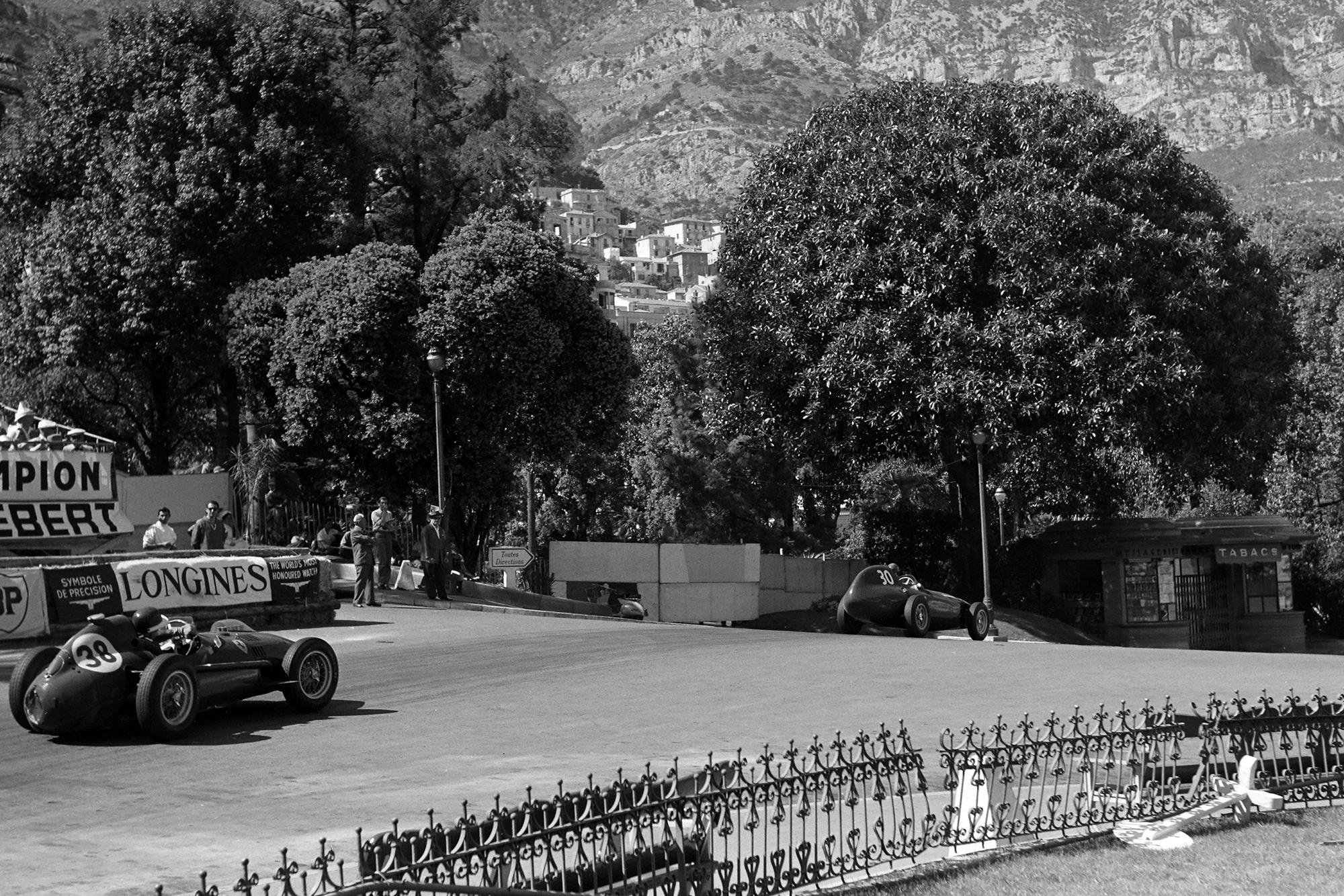 Mike Hawthorn (Ferrari) chases Tony Brroks (Vanwall) down at Tabac in the 1958 Monaco GP