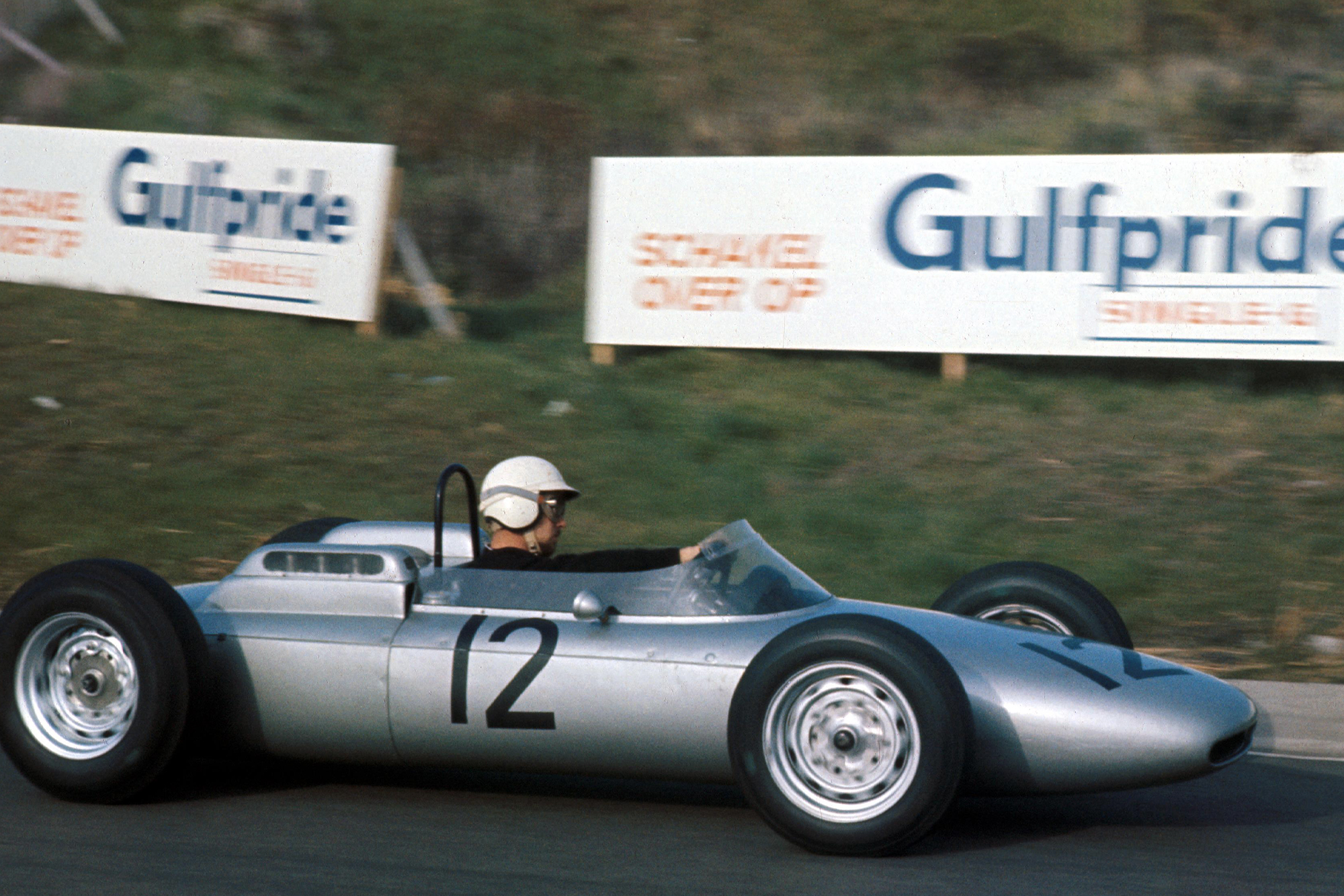 Dan Gurney put his Porsche in 8th place on the starting grid