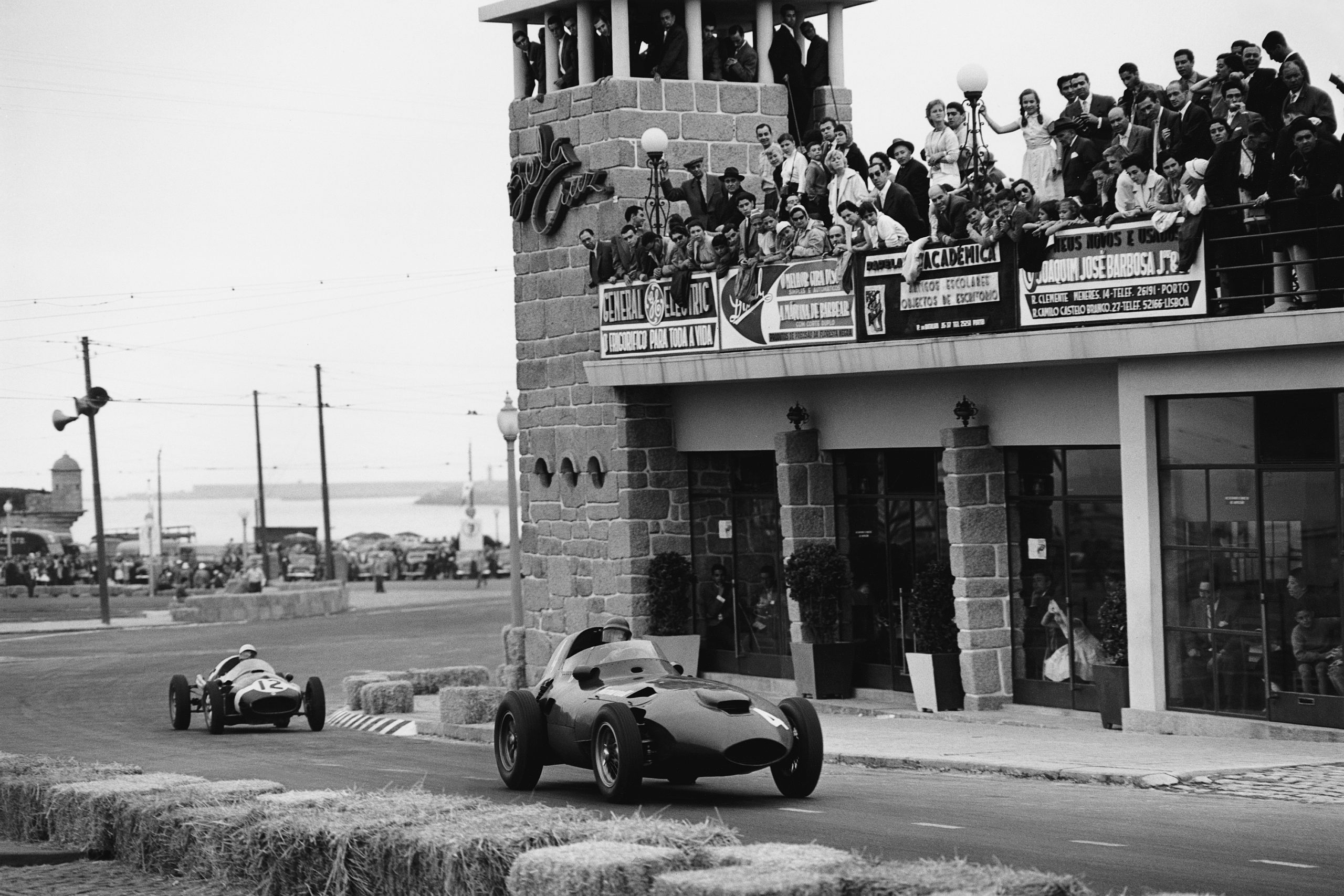 Tony Brooks driving a Vanwall VW5 leads Maurice Trintignant in his Cooper-Climax T45.