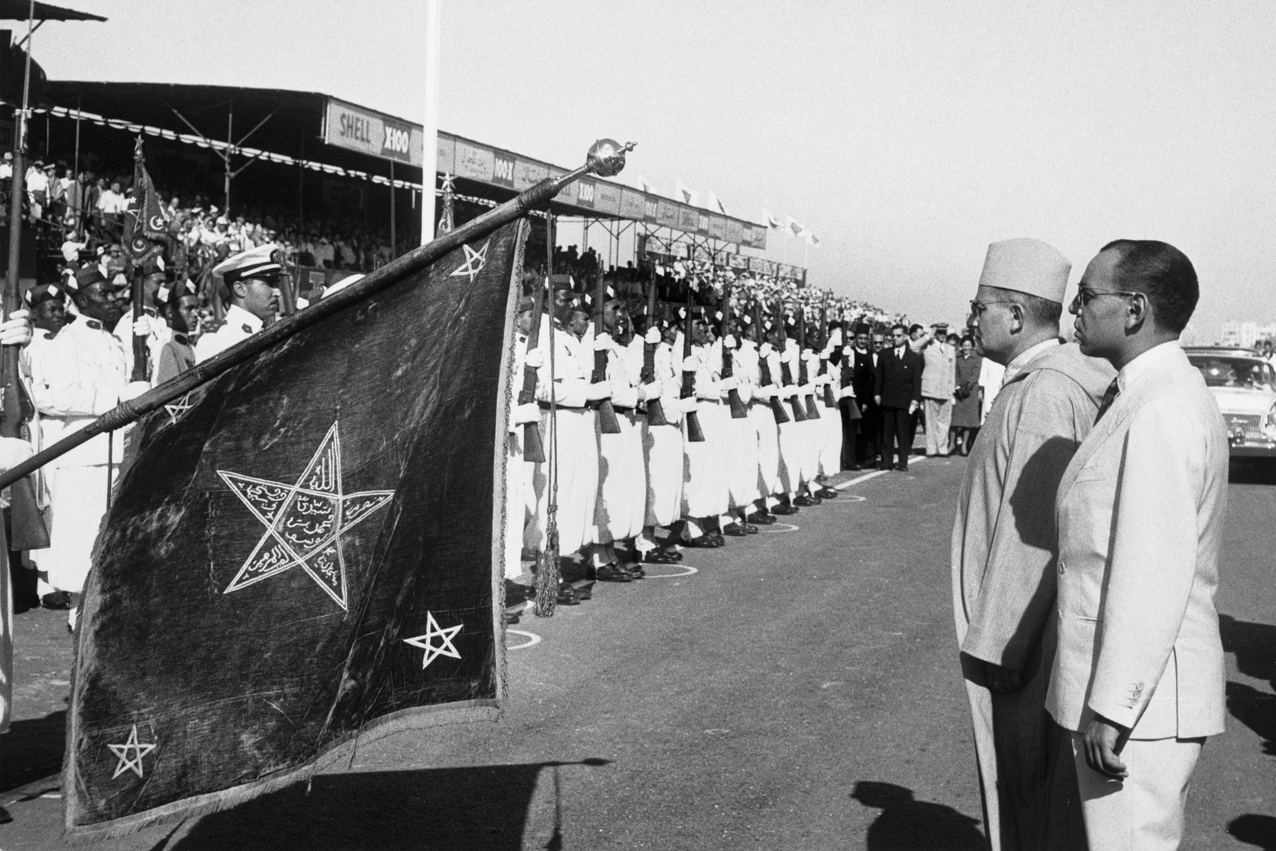 Sultan Mohammed V and the future King, Hassan II, officially open the circuit before the race.