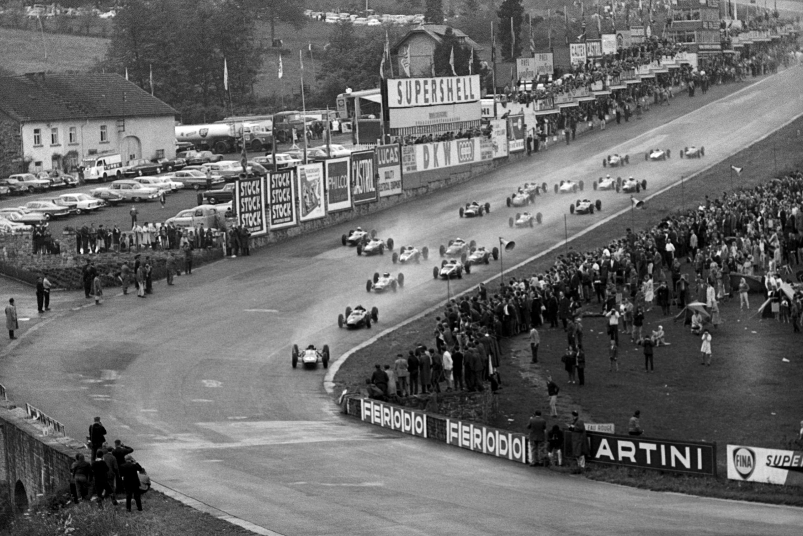 Race winner Jim Clark (GBR) Lotus 25 made an astonishing start to climb from eighth to first by the time the field reached Eau Rouge.