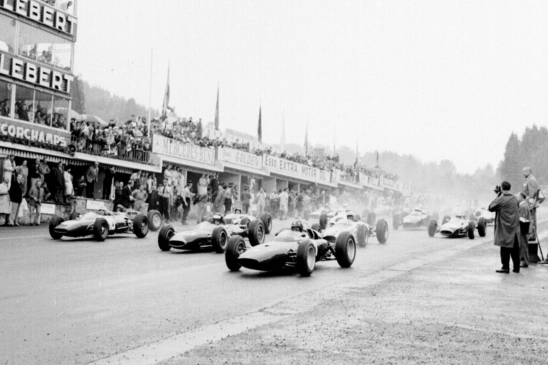 Graham Hill (BRM P57), Dan Gurney (Brabham BT7 Climax) and Willy Mairesse (Ferrari 156) lead at the start of the race.