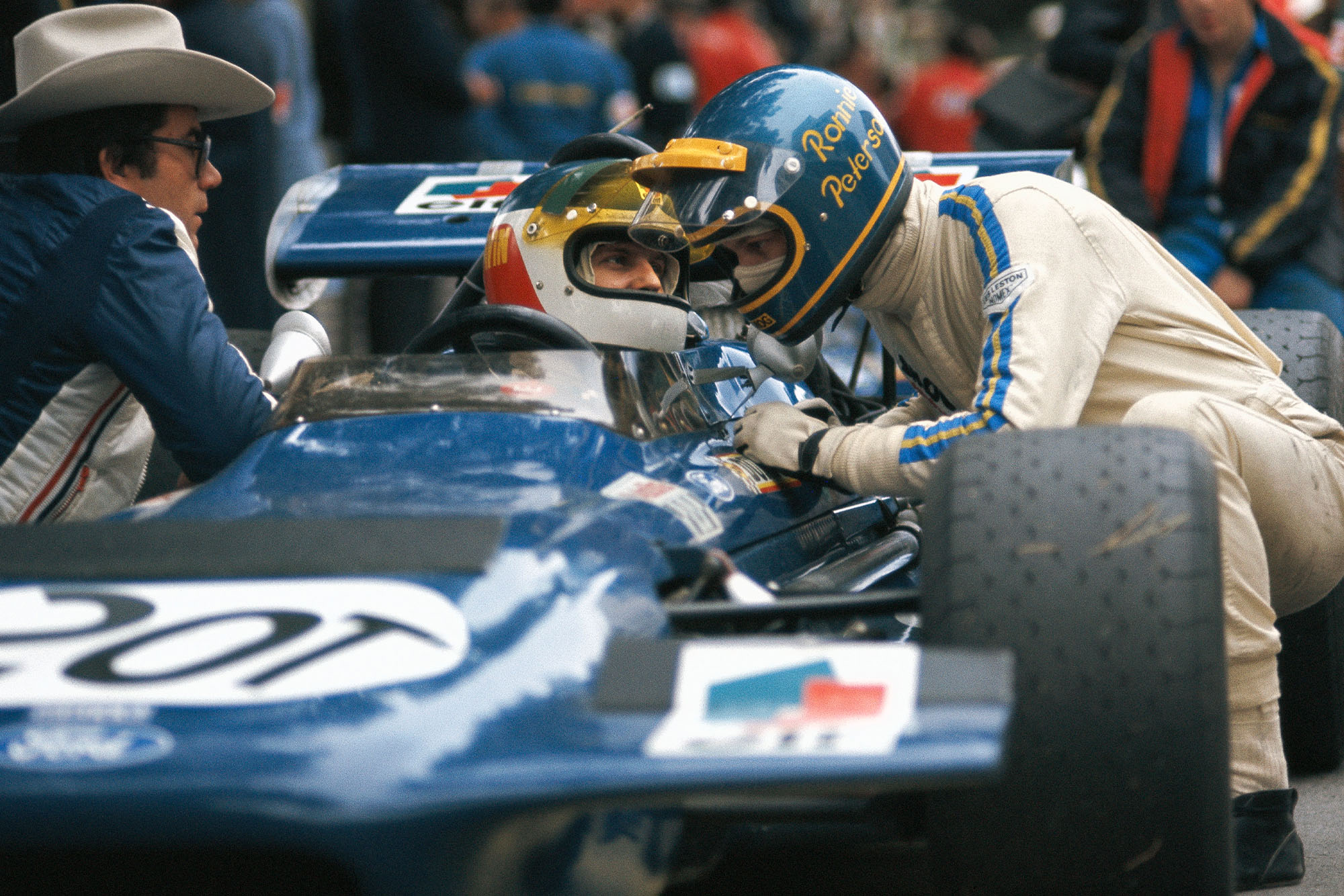 Ronnie Peterson talks to Johnny Servoz-Gavin on the grid