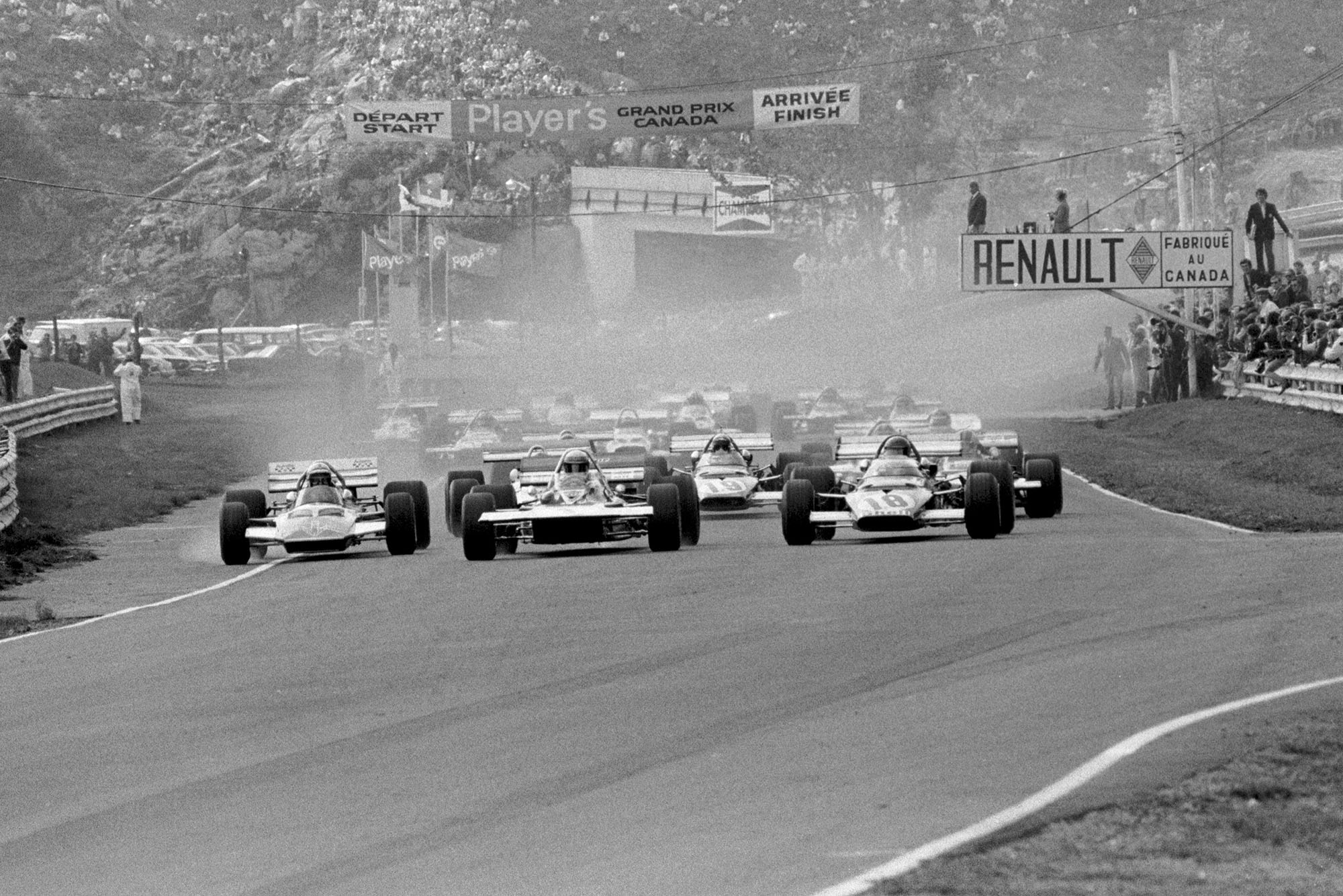 The cars pull away from the grid at the 1970 Canadian Grand Prix