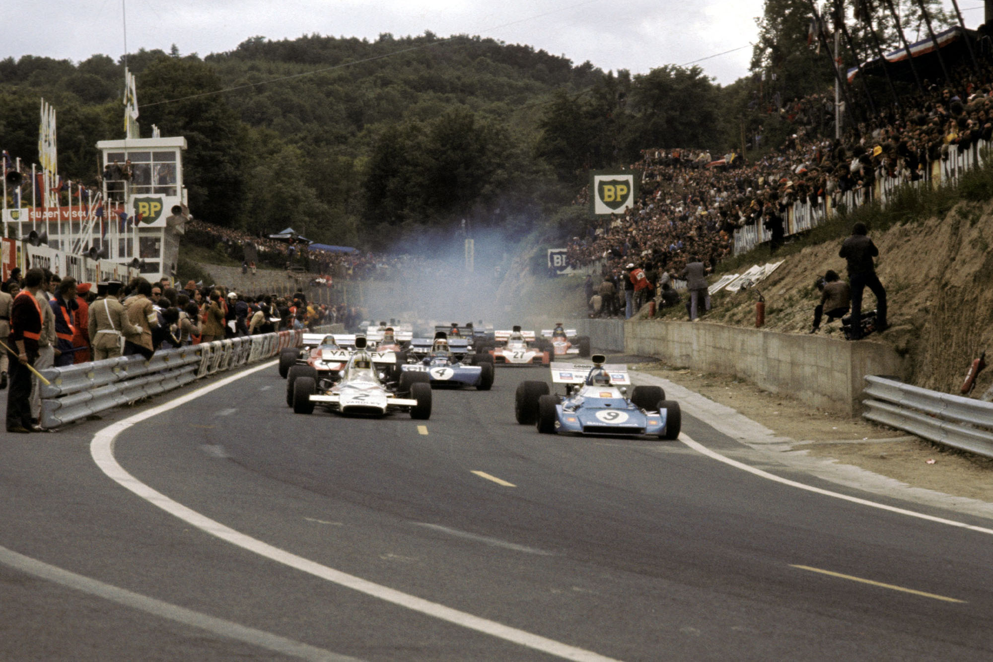 Chris Amon takes the lead as the field stes off at the 1972 French Grand Prix.