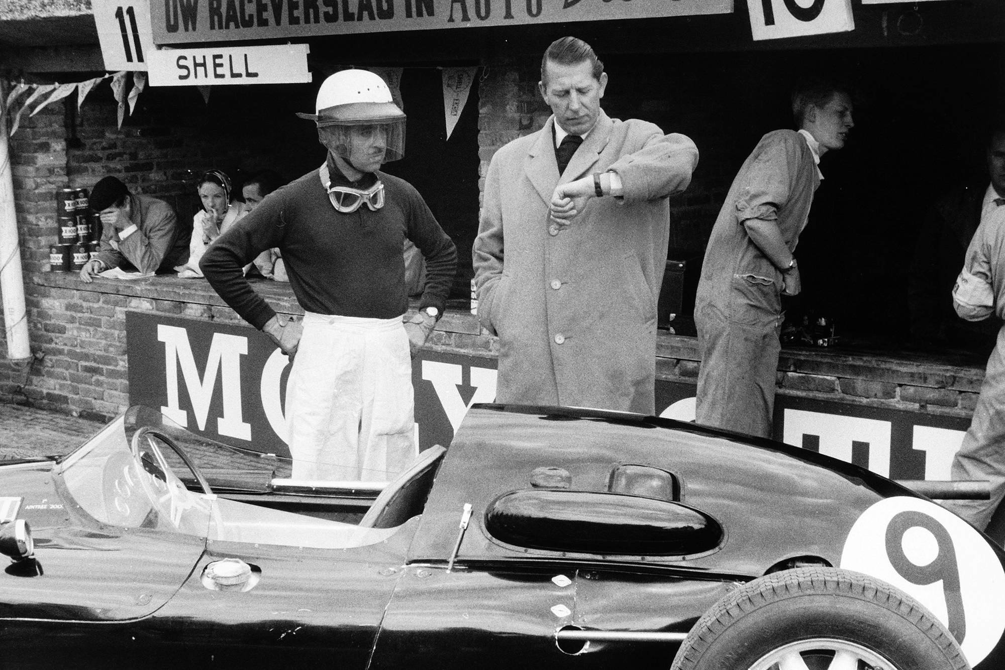 Team Owner Rob Walker checks the time with his driver Maurice Trintignant and Cooper T45-Climax who finished in 9th position