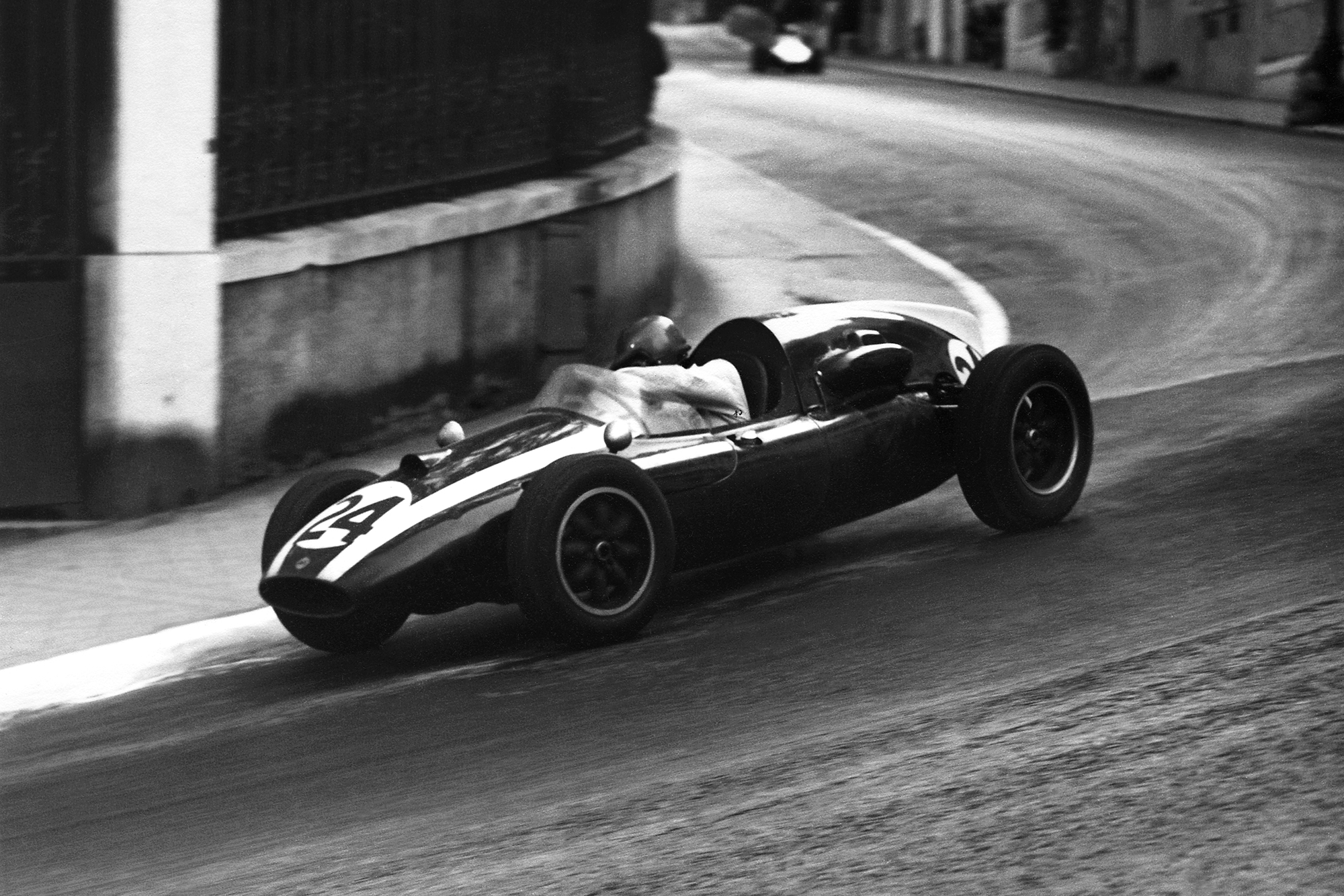 Jack Brabham pushes his Cooper T51-Climax into 1st place.