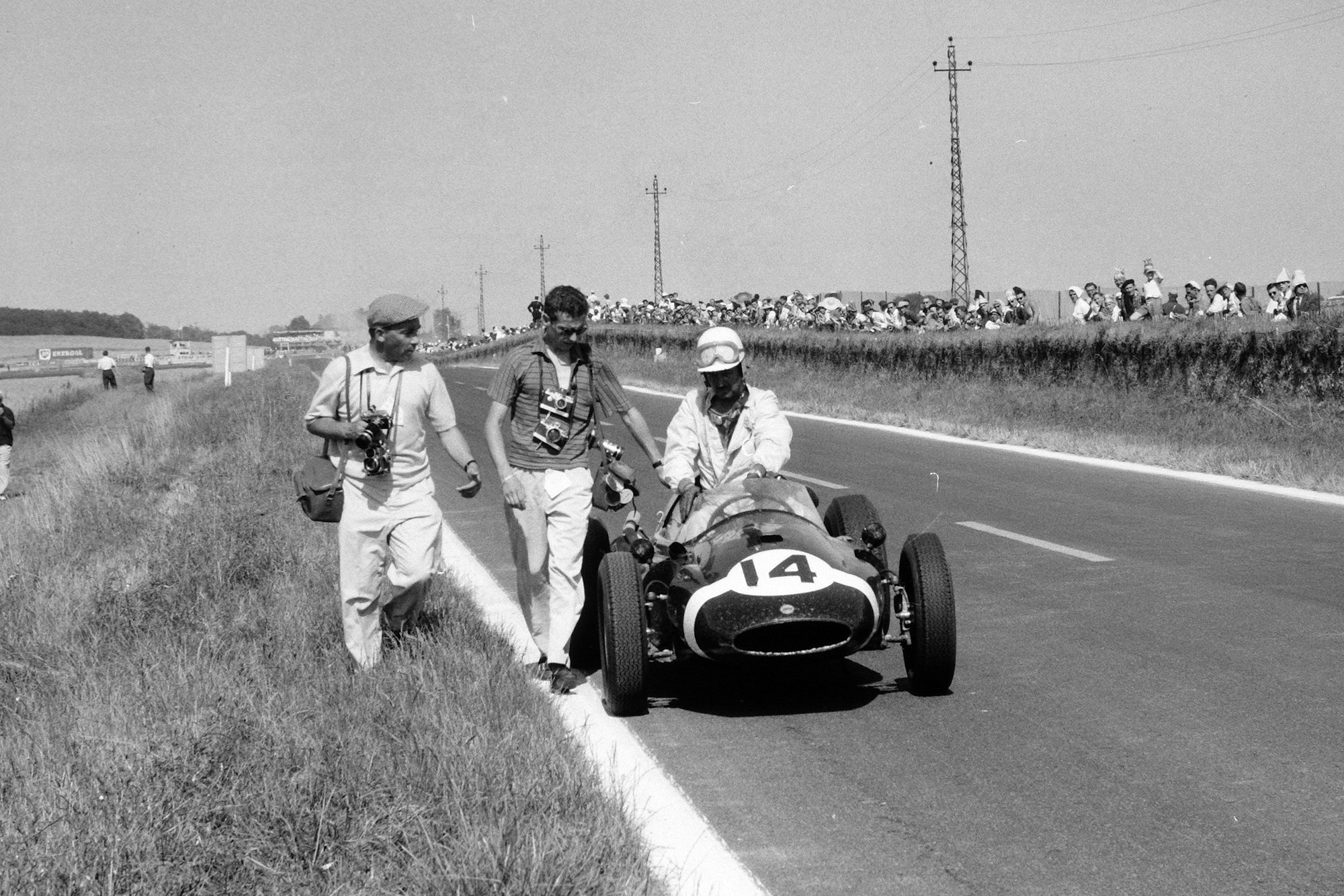 Maurice Trintignant, Cooper T51-Climax. On the left is photographer Bernard Cahier.