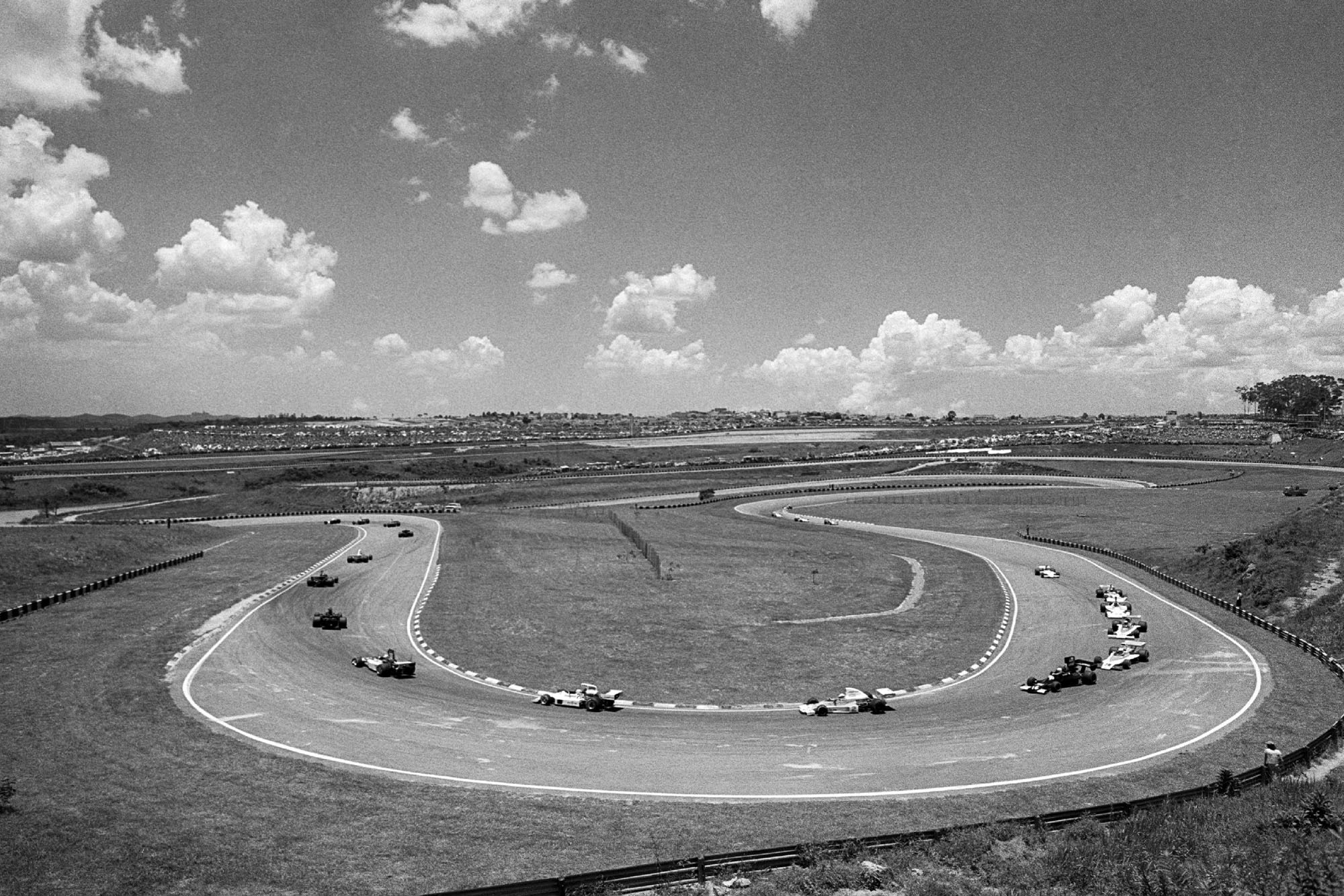 The field threads through the opening lap of the 1975 Brazilian Grand Prix.