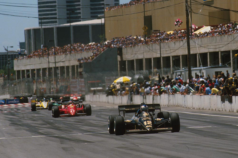 The Lotus of Nigel Mansell leads the Ferrari of Michele Alboreto, an Alfa Romeo, and the Relault of Derek Warwick.
