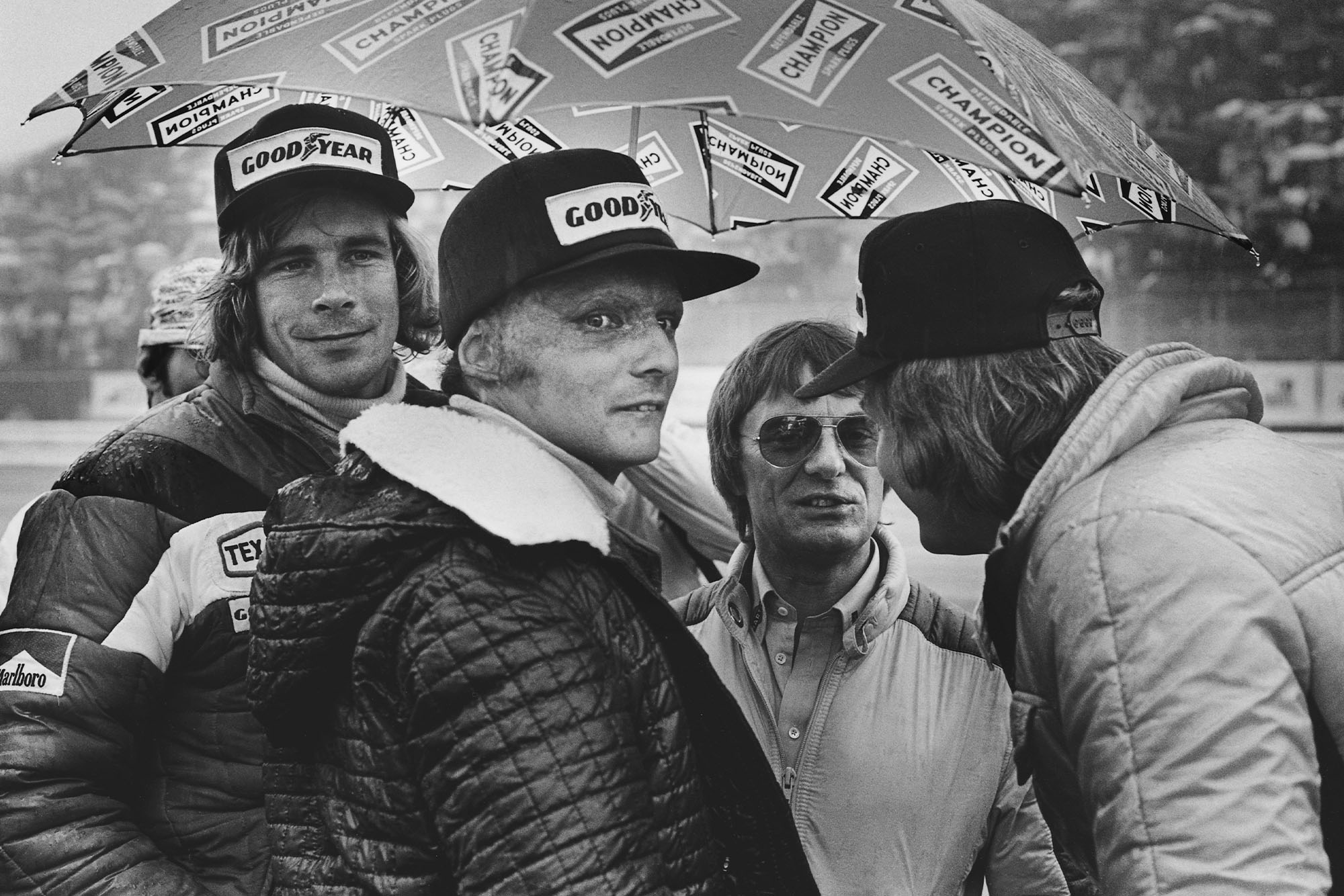 James Hunt, Niki Lauda, Bernie Ecclestone and Ronnie Peterson decide whether to start the race.
