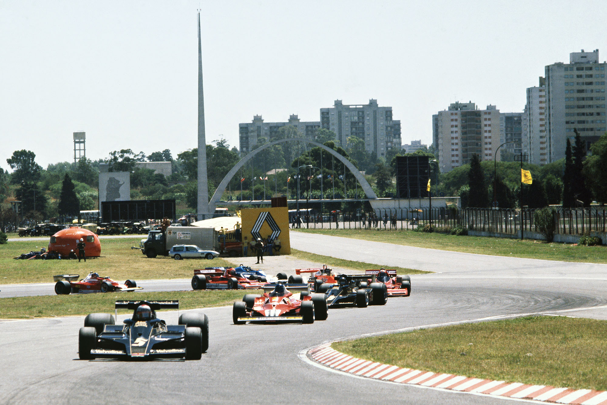 Mario Andretti (Lotus) leads the pack on the first lap of the 1978 Argentine Grand Prix, Buenos Aires.
