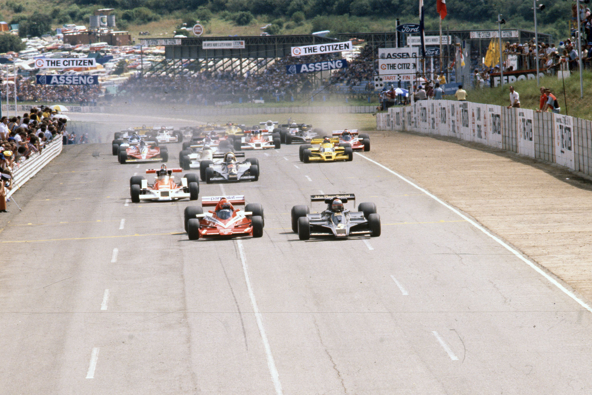 The cars race down to the start at the start of the 1978 South African Grand Prix, Kyalami.