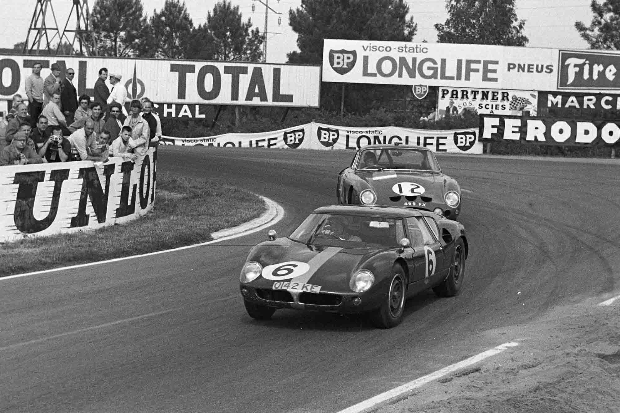 David Hobbs / Richard Attwood, Lola Cars, Lola Mk6 GT-Ford, leads Jack Sears / Mike Salmon, Maranello Concessionaires, Ferrari 330LMB at 1963 Le Mans