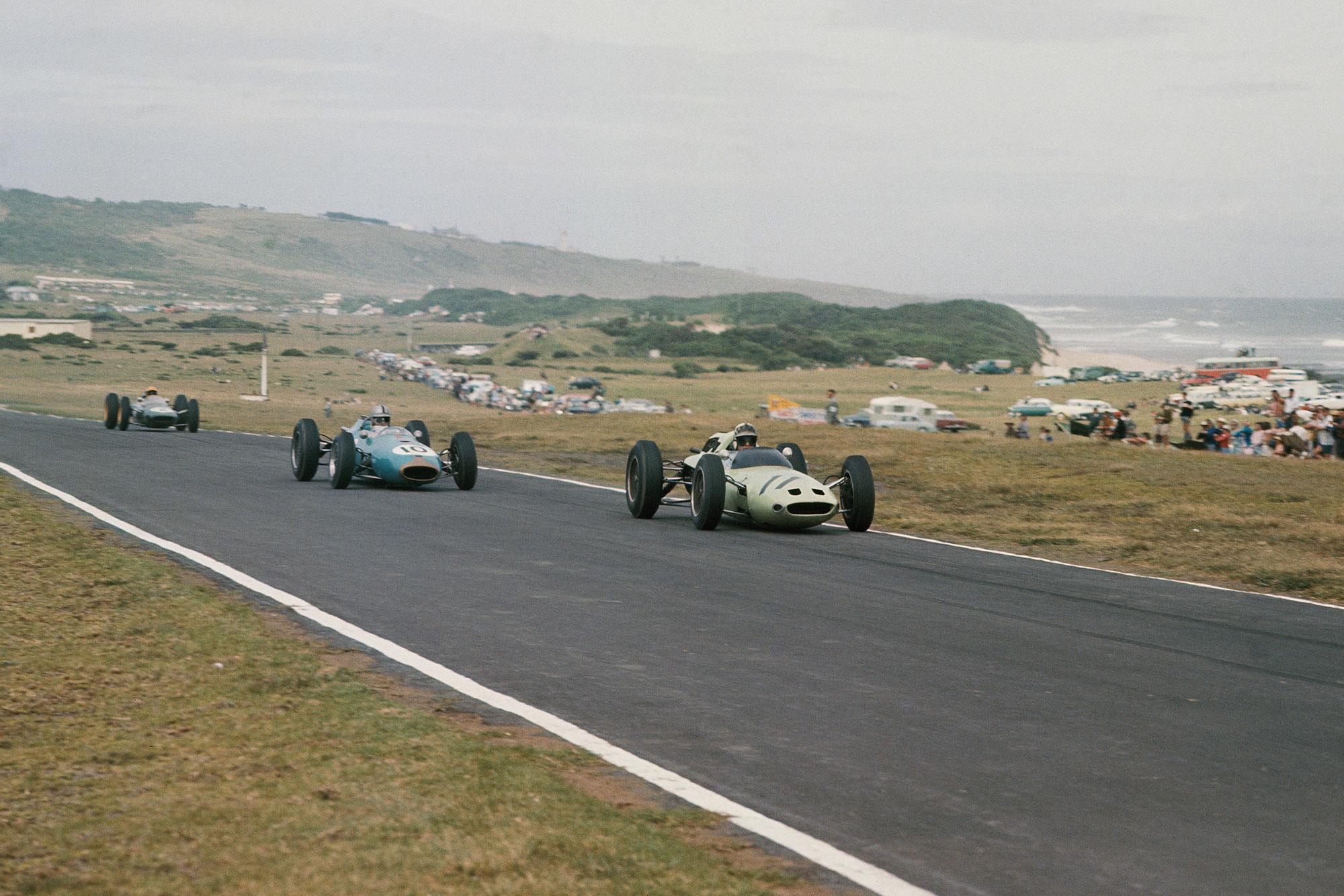 Innes Ireland (Lotus 24 Climax) leads Jack Brabham (Brabham BT3 Climax) and Trevor Taylor (Lotus 25 Climax).